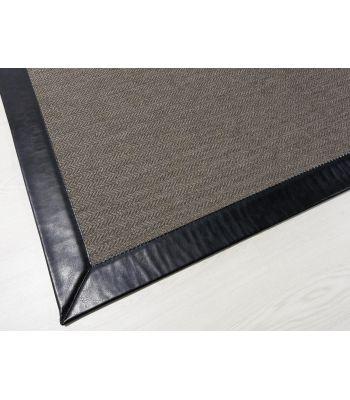 Royal 16. Color Marrón. Cenefa Piel Sintética PS ISOLA Negro. Alfombras de fibras sintéticas. Exterior-interior.