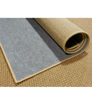 Fieltro Gris adherido o pegado a la base de la alfombra.